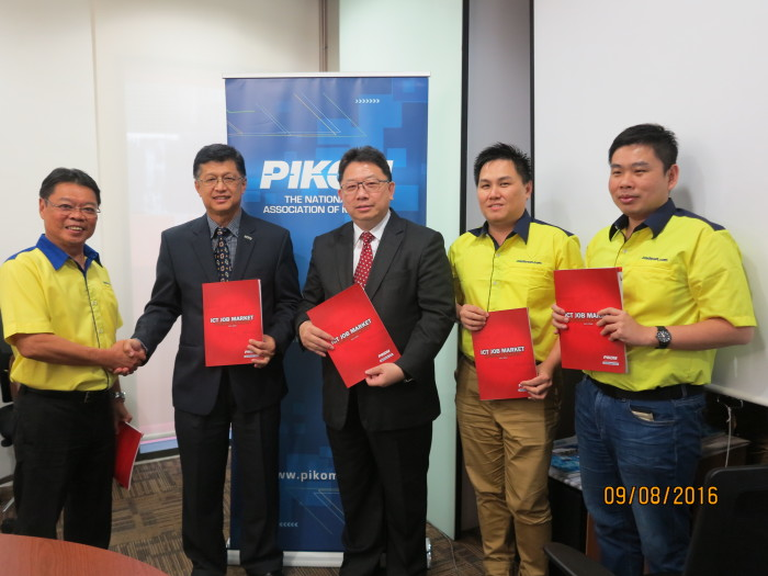L-R: Simon Si of Jobstreet, PIKOM chairman Chin Cheee Seong, and PIKOM research committee chair Woon Tai Hai launching the results