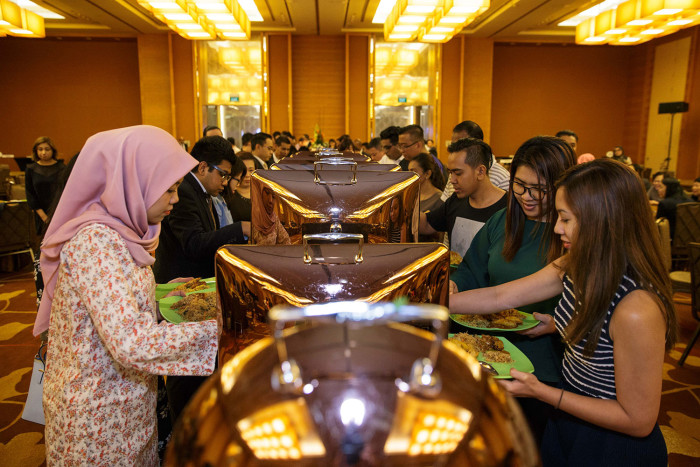Marina-Bay-Sands-TMs-gathering-to-break-fast-during-the-6th-Iftar-organised-by-the-integrated-resort-for-its-staff